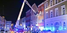 Frau wird mitten am Stadtplatz aus Fenster gerettet