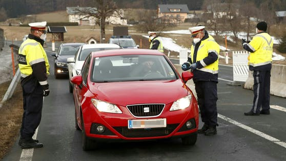Die Polizei führt eine Fahrzeugkontrolle durch.