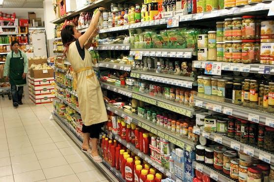 Bei der Rewe Group sollen einige beliebte Produkte bald aus den Regalen verschwinden.