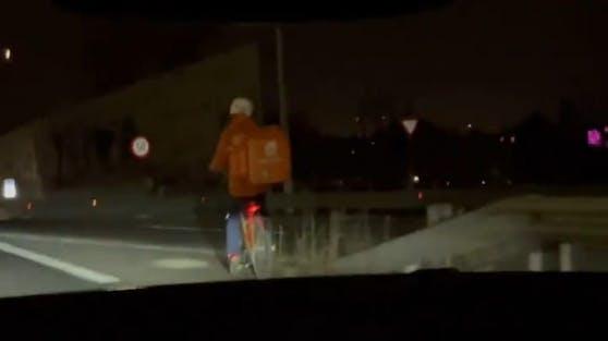 Essens-Bote fährt mit dem Fahrrad auf der Wiener Tangente
