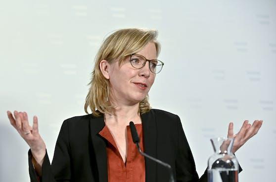 Immer mehr Kritik hagelt es für Umwelt-Ministerin Leonore Gewessler. Nun wird ihr vorgeworfen, die Bevölkerung mit ihrem Handeln zu verunsichern.