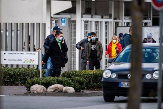 In der Tönnies-Fabrik in Rheda-Wiedenbrück soll es ein Tötungsdelikt gegeben haben. Ein Mitarbeiter ist ums Leben gekommen.