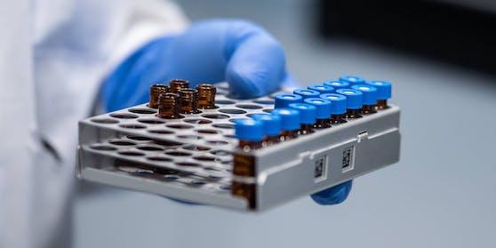 Aufnahme aus dem Labor des Biotech-Unternehmen Mabion in Polen, das den Novavax Impfstoff herstellt.