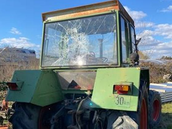 Auch Traktoren wurden beschädigt.Der Gesamtschaden beläuft sich auf über 10.000 Euro.