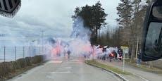 Hier verabschieden LASK-Fans ihr Team vor dem Derby