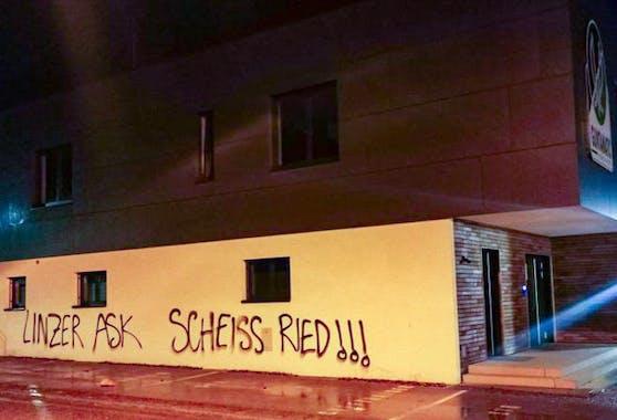 """LASK-""""Fans"""" beschmierten die Geschäftsstelle der Rieder vor dem Derby."""