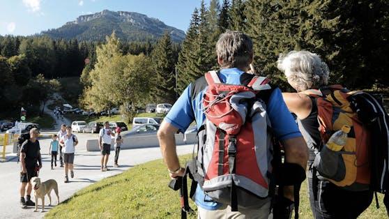 Zwei Wanderer blicken vom Preiner Gscheid in der Steiermark auf die Rax. Archivbild, 2011