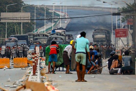 Demonstranten treffen auf Militärstreitkräfte bei Protesten nach dem Putsch in Myanmar