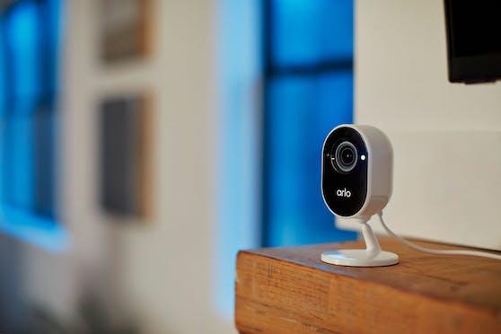 Arlo Essential Indoor schützt das Zuhause rund um die Uhr von innen.
