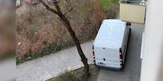 Transporter fährt wegen zwei Stühlen durch Gemeindebau