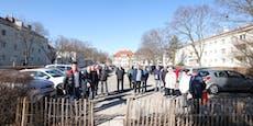 Streit um Parkplatz-Trampelpfad in Gemeindebau