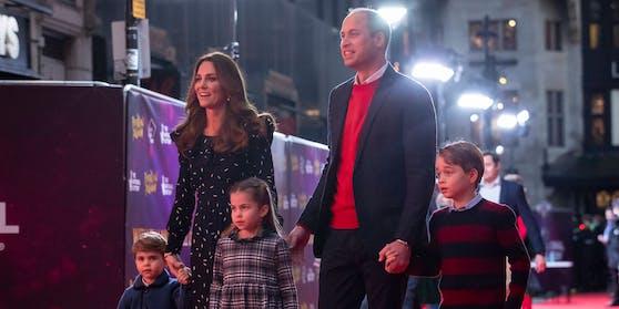 Herzogin Catherine und Prinz William zählen zu den beliebtesten Royals. In einem neuen Familienvideo toben sie mit ihren Kindern (v.li.) Prinz Louis, Prinzessin Charlotte und Prinz George ausgelassen durch die Natur.