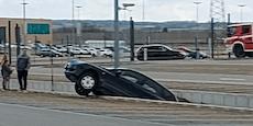 Mazda landet bei Parkmanöver in Grube