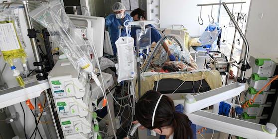 Corona-Patienten werden auf der Intensivstation eines Krankenhauses behandelt.