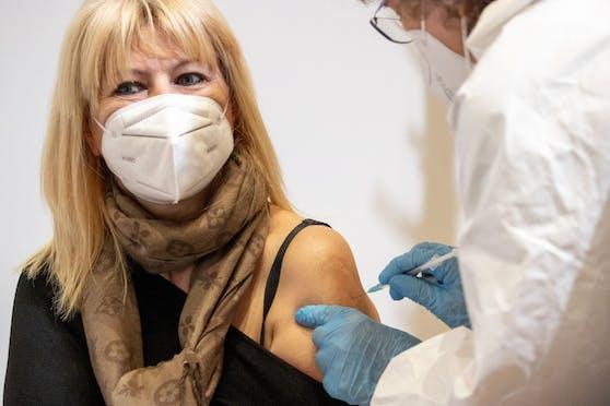 Forschende empfehlen in einer Studie, dass Patientinnen und Patienten, die sich einer geplanten Operation unterziehen, beim Impfen priorisiert werden.