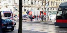 Auto rast über Kreuzung und kracht in Menschengruppe