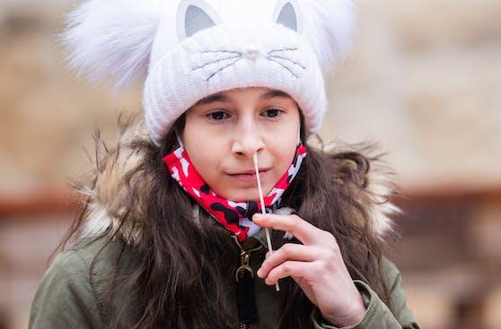 Ein Schulkind bei einem Antigen-Schnelltest. (Symbolbild)