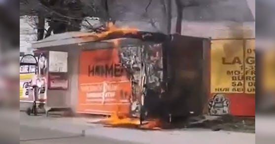 In Wien-Floridsdorf brannte eine Bushaltestelle.