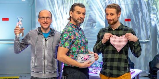 """Martin Moder im Kreise seiner """"Science Busters"""" Florian Freistetter und Martin Puntigam (mit Coronaviren-Shirt)"""