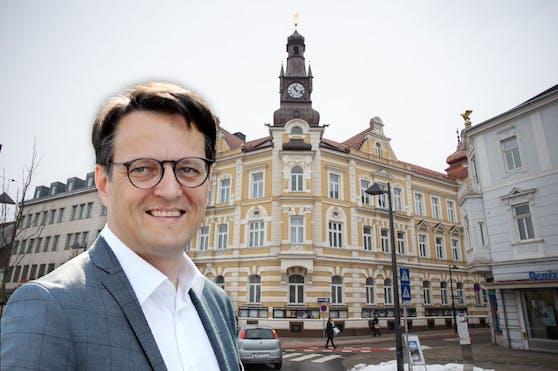 Riegler und das Amstettner Rathaus im Hintergrund.