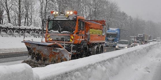 Schneeräumer im Einsatz - hier bei Kufstein (Archivfoto). In den nächsten Tagen wird es wieder winterlich in Österreich.