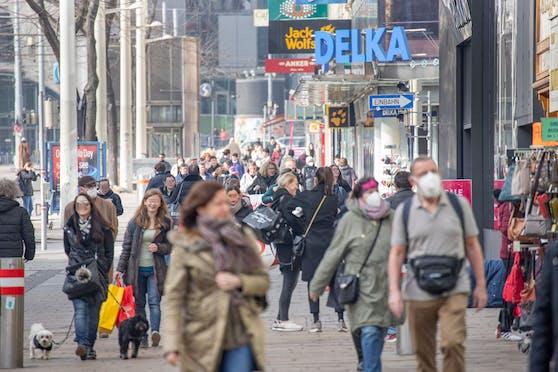 Passanten in der Mariahilfer Straße