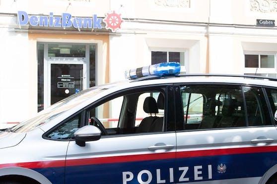 Mit einer Pistole bewaffnet überfiel ein Mann am Mittwoch die Deniz-Bank im Linzer Graben.