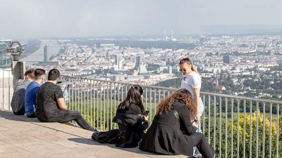 Weitblick vom Kahlenberg auf Weinberge und die Stadt Wien