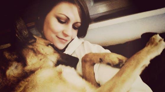 """Heute.tierisch Redakteurin (am Bild mit ihrem Hund """"Kirby"""") Christine Kaltenecker ist verunsichert."""