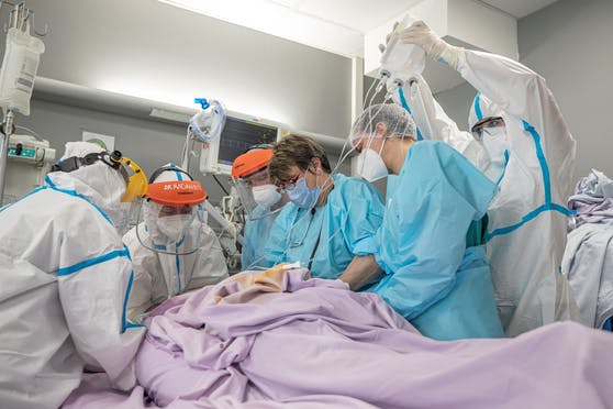 Die Zahl der belegten Intensiv-Betten nähert sich der Kapazitätsgrenze, sagen Experten.