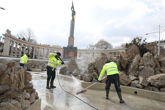 Mitarbeiter von Wiener Wasser machen den Hochstrahlbrunnen am Wiener Schwarzenbergplatz fit für die neue Saison. Ab Montag ist er wieder in Betrieb.