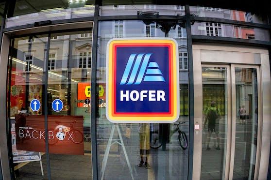 Das Hofer-Logo am Eingang einer Filiale