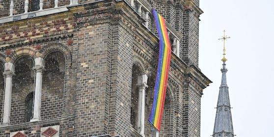 Eine Regenbogenfahne an der Pfarrkirche Breitenfeld.