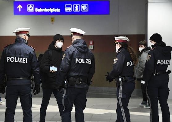 Corona-Kontrollen der Polizei am Bahnhof