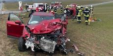 Lenker nach Crash bei Kreuzung im Pkw eingeklemmt