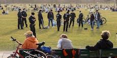 Hier geht die Polizei mit Corona-Meterstab auf Streife