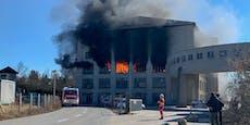 Meterhohe Flammen! Lederfabrik steht in Vollbrand