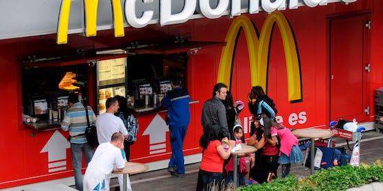 McDonald's will Mitte März seine Außenbereiche für KundInnen öffnen.