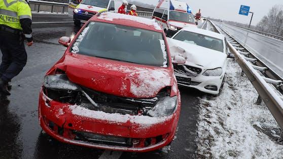 17 Verletzte bei schwerem Serienunfall auf Welser Autobahn nahe Pucking (OÖ)