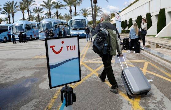 Deutsche Touristen bei der Ankunft am Flughafen in Palma de Mallorca.