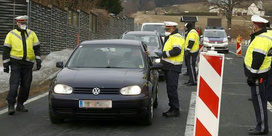 Die Polizei kontrolliert die Ausreise stichprobenartig.