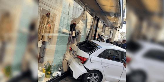 Ein Autofahrer krachte am Montag in eine Auslage