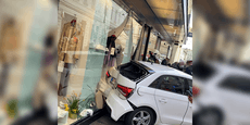 Wiener kracht mit Audi in Auslage, verletzt Ersthelfer
