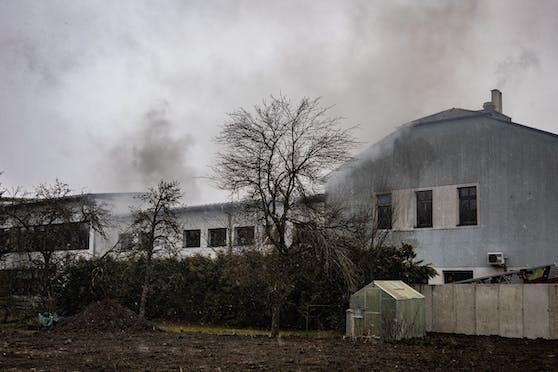 Ein Großaufgebot der Feuerwehr musste Samstagnachmittag zur VS Neuhofen/Krems anrücken. Ein 16-Jähriger hatte gezündelt, so den Brand verursacht.
