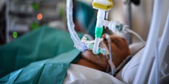 Ein Patient auf einer Corona-Intensivstation. Symbolbild