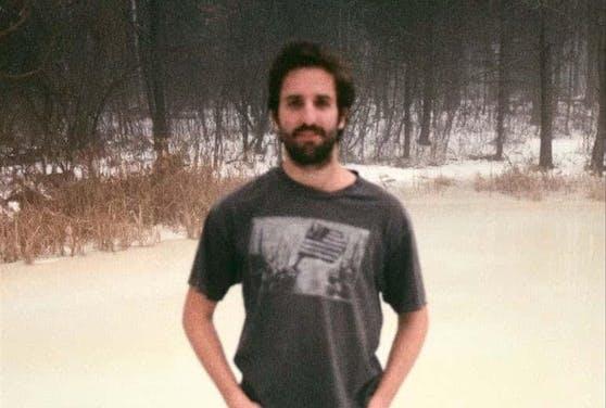 Gestatten, das ist ist der New Yorker Regisseur, Alex Ramírez-Mallis. Zusammen mit vier Freunden hat er ein Jahr lang Fürze aufgenommen.
