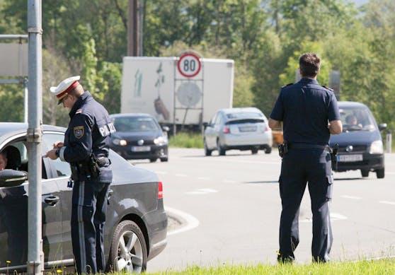 Dem Lenker wurde noch an Ort und Stelle der Führerschein abgenommen. Symbolbild.