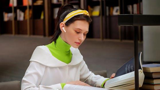 Die HUAWEI FreeBuds 4i Kopfhörer können den Umgebungslärm signifikant reduzieren. So kannst du dich stundenlang ungestört in deiner Lieblingsmusik verlieren.