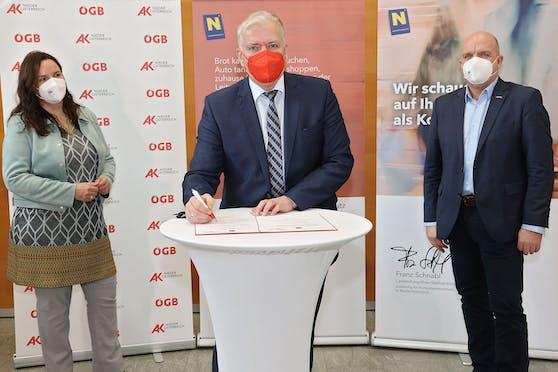 """Pressekonferenz Bilanz """"pro Konsument"""" mit Landesvize Franz Schnabl (M.), AK Niederösterreich-Präsident Markus Wieser (r.) und der Obfrau des Vereins """"pro Konsument"""" Bettina Heise (l.)."""