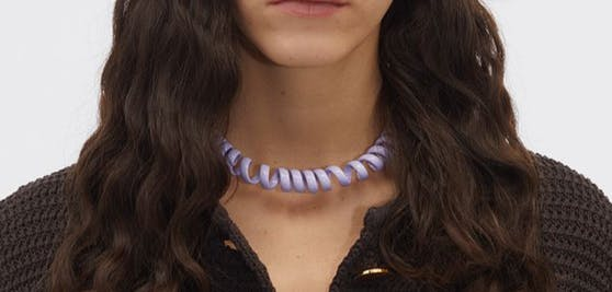 """Ein Schmuck, der die Modegemüter erhitzt: Bottega Veneta brachte die """"Telefonschnur"""" aus Silber heraus."""